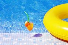 Koktajlu napój blisko do basenu zdjęcia stock