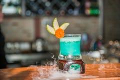 Koktajlu napój w błękitnej przysłudze z dymem Fotografia Royalty Free