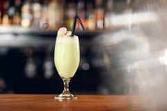 Koktajlu napój W baru zakończeniu Up Pina Colada koktajl zdjęcia royalty free