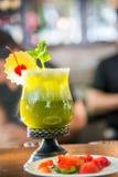 Koktajlu napój w zielonej przysłudze Fotografia Stock
