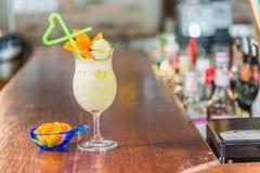 Koktajlu napój z kawałkiem pomarańcze i ogórek na wierzchołku Zdjęcie Royalty Free