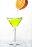 Koktajlu pluśnięcie w szkle z pomarańcze na bielu zdjęcie royalty free
