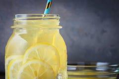 Koktajlu słój lemoniady i kostek lodu kruszki na drewnianym stołowym tle Fotografia Royalty Free