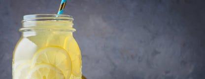 Koktajlu słój lemoniady i kostek lodu kruszki na drewnianym stołowym tle Obraz Royalty Free