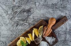 Koktajlu składnik: Lato cytryna dla odświeżającego koktajlu mojito z lodem na kuchni i mennica wsiadamy Obrazy Royalty Free