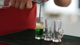 Koktajlu strzału zieleni meksykanin z bananowym ajerkoniakiem, cytryna sokiem i tequila, - napój na prętowym kontuarze zbiory wideo