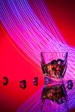 Koktajlu whisky szkło z kawałka lodem Zdjęcia Stock