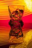 Koktajlu whisky szkło z kawałka lodem partyjny odbicie pojęcie hourglasses żółci lekcy skutki na czerwieni Obrazy Stock