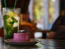 Kokteyl con un mojito, grande dolce rosa della glassa immagine stock libera da diritti