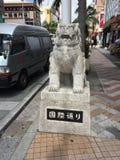 Kokusai dori, Okinawa, internationell gata, Japan, Shisa, lycklig lejonhund Royaltyfria Foton