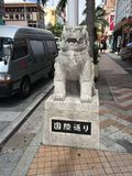 Kokusai dori, Okinawa, Międzynarodowa ulica, Japonia, Shisa, szczęsliwy lwa pies Zdjęcia Royalty Free