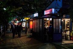 Kokutai väg med den berömda Yatai matstallen i Fukuoka Arkivbilder