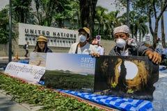 Kol-avfyrade kraftverkpersoner som protesterar i Thailand royaltyfri fotografi