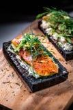 Kol bröd rökte Salmon Sandwiches på det wood brädet Arkivfoton