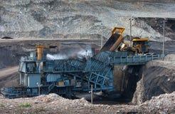 Kol-förberedelse växt Stor bryta lastbil på tranen för kol för arbetsplats royaltyfria foton