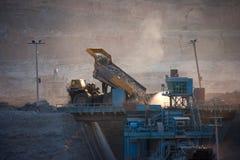 Kol-förberedelse växt Stor bryta lastbil på trans. för kol för arbetsplats fotografering för bildbyråer