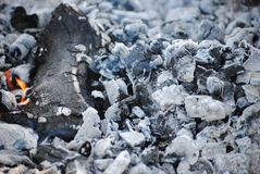 Kol från en slocknad brand arkivfoton