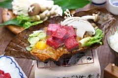 Kol grillade Hida nötkött på den Hoba misoen, japansk lokal maträtt royaltyfria foton