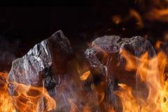 Kol klumpa sig med brandflammor royaltyfri bild