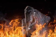 Kol klumpa sig med brandflammor royaltyfria foton