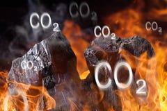 Kol klumpa sig med brandflammor arkivbilder