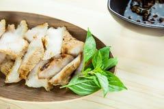 Kol-kokaad grillad griskötthals (eller Ko Mu Yang i thailändskt språk) royaltyfri foto