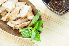 Kol-kokaad grillad griskötthals (eller Ko Mu Yang i thailändskt språk) arkivbild