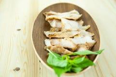 Kol-kokaad grillad griskötthals (eller Ko Mu Yang i thailändskt språk) royaltyfri fotografi