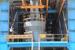 Kol maler av en termisk kraftverk arkivbild