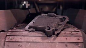 Kol- och metalldelar som är rörda ut vid transportören arkivfilmer