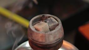 Kol på bunken av shisha i det arabiska kafét bild av varma kol för traditionell vattenpipa för att röka och fritid i naturligt arkivfilmer