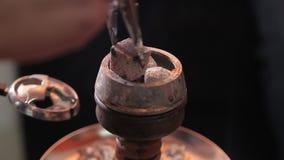 Kol på bunken av shisha i det arabiska kafét bild av varma kol för traditionell vattenpipa för att röka och fritid i naturligt lager videofilmer