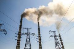 Kol som bränner den industriella kraftverket med rökbuntar Smutsig smo Royaltyfri Fotografi
