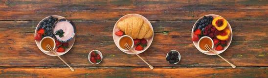 Kolaż śniadaniowi posiłki na drewnianym tle, odgórny widok obraz stock