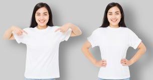 Kolaż azjatykcia dziewczyna w pustej szablonu t koszula odizolowywającej na szarym tle Młoda kobieta wskazuje kopia egzamin próbn obrazy royalty free
