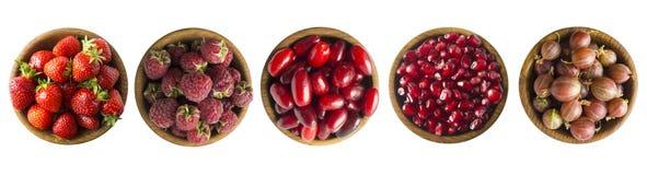 Kolaż czerwone owoc i jagody odizolowywający na bielu Set truskawki, malinki, cornels, agresty i granatowów ziarna, zdjęcia royalty free