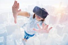 Kolaż dziewczyna podnosi up ona w VR słuchawki ręki zdjęcie stock