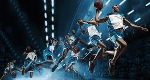 kolaż Gracz koszykówki na dużej fachowej arenie podczas gry Gracz koszykówki robi trzaska wsadowi obrazy royalty free