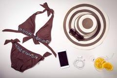 Kolaż kobiety odzież odizolowywający na bielu akcesoria i fotografia royalty free