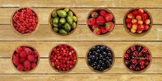 Kolaż różne owoc i jagody na drewnianym stole Obraz Stock