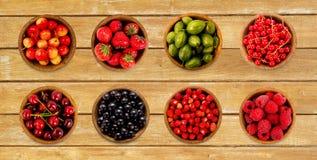 Kolaż różne owoc i jagody na drewnianym tle Zdjęcia Royalty Free
