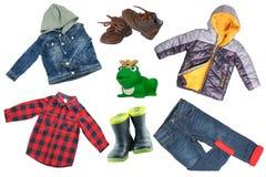 Kolaż ustawiający dzieci odziewa Drelichowa kurtka, spodnia, buty i podeszczowa kurtka dla dziecko chłopiec odizolowywającej na b zdjęcia stock