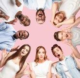 Kolaż zakończenie w górę portretów młodzi ludzie na różowym tle zdjęcie stock