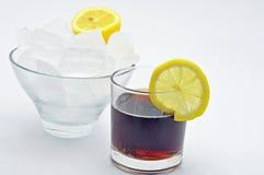 Kola avec la tranche de bol de citron de glace Image libre de droits