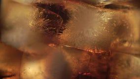 Kola en ijs in glas stock footage