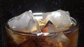 Kola en ijs in glas stock video