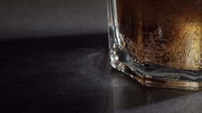 Kola en ijs in glas stock videobeelden