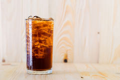 Kola froid dans un verre Photographie stock libre de droits