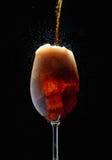 Kola froid mousseux dans les verres sur une tige mince sur un fond noir photo stock