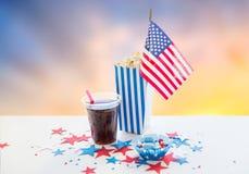Kola i popkorn z cukierkami na dniu niepodległości zdjęcia stock
